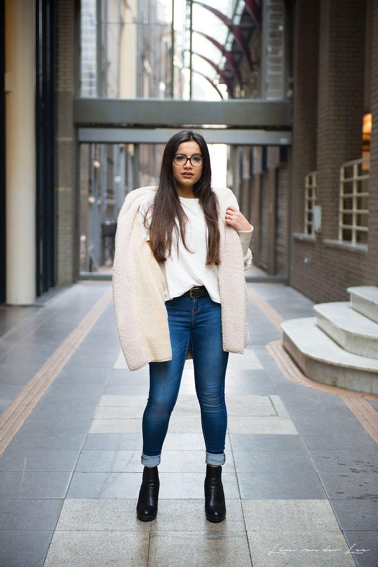 Look da Vanessa Lino perfeito para dias frios, com bota preta, calça jeans e casaco de lã branco.
