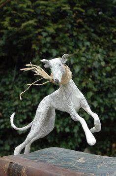 ◕ ◔ ◐ ◑ ◒ ◓ ◑ ◒ ◓ Вы о таком еще не слышали!!! Газетные скульптуры Lorraine Corrigan  Кто сказал, что фигурки из папье-маше должны быть окрашены? Художница из Великобритании Лоррейн Корриган (Lorraine Corrigan) своими работами опровергает это. Её собачки — словно живые, автору удалось передать тонкости движения животных, даже мимику и настроение.  Вот старая собака, прожившая длинную собачью жизнь, вот пара молодых и весёлых животных, которые вот-вот спрыгнут с полки и убегут с весёлым лаем…