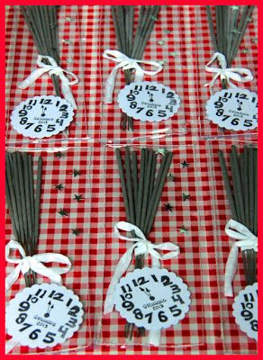 Inspiration New Year's Eve party favour: sparkers + ribbon bow + star confetti + clock stamp.