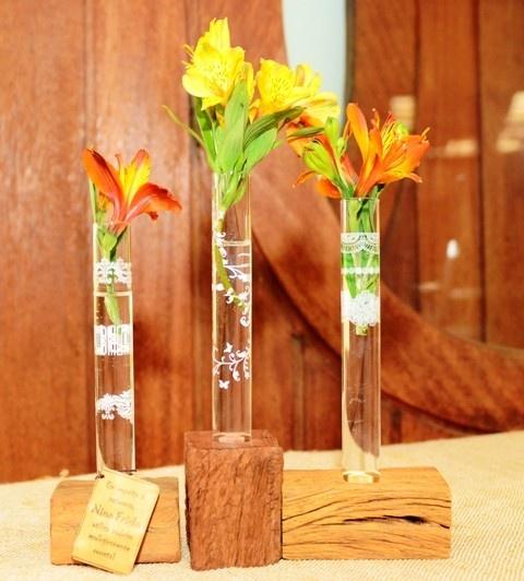 Ciência das flores! Tubos de ensaio customizados  podem se transformar em  vasinhos lindos, trazendo delicadeza para o ambiente.