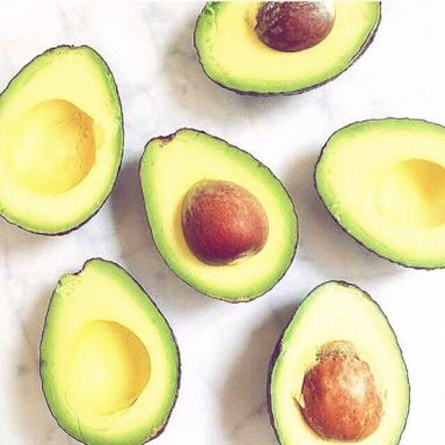 2016/11/19 14:56:08 hashimotoyuusaku #アボカド美容 #ギネス認定 #凄いんだよ #美容 #健康  #よく家のサラダにも出てくる  通称「森のバター」アボカドは世界一栄養価の高い果物として、ギネスブックに認定されてる神果物っ!! ♪たくさんの効果 ♪ 肌荒れ、乾燥肌予防 ・アンチエイジング ・便秘改善、むくみ防止 ・高血圧予防 ・動脈硬化予防 ・脳梗塞予防 ・心筋梗塞予防 ・がん予防  沢山あるよ!! つまり美容にも健康にも最適♡  血液もサラサラ〜!! オレイン酸が含まれておりオレイン酸は不飽和脂肪酸の中でももっとも酸化しにくい!善玉コレステロールは減らさず悪玉コレステロールのみを減らすので動脈硬化や脂質異常を防ぐ効果が💡  ビタミンCとの相性が抜群!!一緒に摂りましょう💕 🗣アンチエイジング!! 「  ビタミンEも含まれており  強い抗酸化作用が🙌 シミ・そばかすを予防✨  活性酸素の害から身体を守るのでがんや動脈硬化、廊下の防止に!…