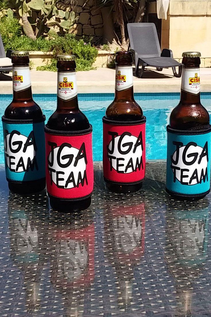Eine JGA-Idee für Männer: Bei dem Junggesellenabschied eures Bräutigams muss natürlich auch das Bier in einem entsprechenden JGA-Outfit erscheinen - sieht lustig aus und hält das Bier kühl! #jga #trauzeuge #bräutigam #hochzeitsideen # junggesellenabschied #jgaideen #jgaoutfit #jgakleidung