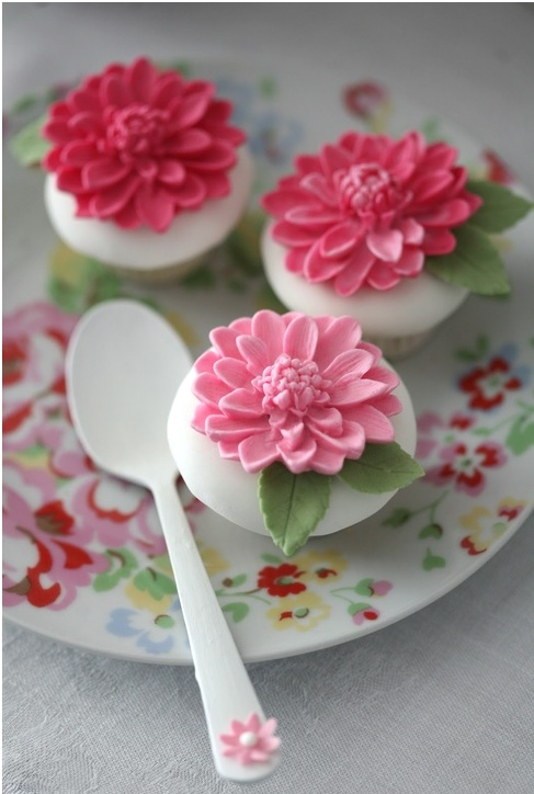 Pretty flower cupcakes by Francisca Neves.