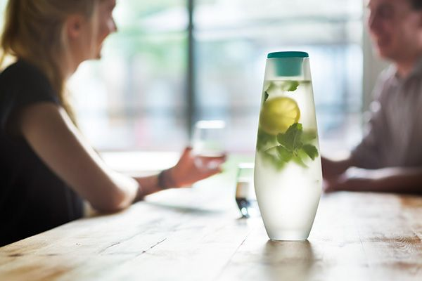 Hyta is an elegant way to serve water for all your nice lunches, dinners and even parties. The 1L handmade carafe is an ideal combination between design and ergonomics making it easy to pour. Registered design®