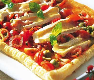Brie- och tomattårta till drinken ska du laga om du vill bjuda dina gäster på något utöver det vanliga som har lyxiga och delikata smaker. En härlig färg- och smakbomb som alla kommer älska!