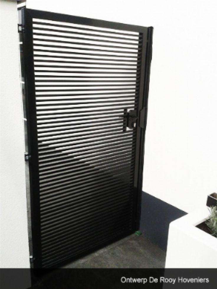 Maatwerk poort voor het afsluiten van de tuin. Afgewerkt met een zwarte poedercoating. Ontwerp De Rooy Hoveniers.