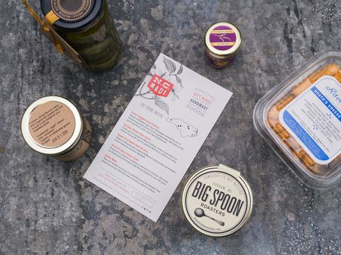 Take a tour across North Carolina with the delicious handcrafted foods found in our Plank Road Box. In this box, you'll find Cloister Honey, Ritchie Hill Bakery Cheese Straws, Copper Pot & Wooden Spoon pickles, Big Spoon Roasters Peanut Butter, and Farmers Daughter Brand preserves.