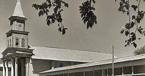 La iglesia en los años cuarenta, y el edificio de la esquina adyacente, hoy ocupada por un establecimiento comercial. Fotografía de Lucia...