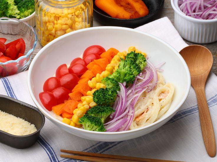 テーブルが一気に華やかになるカラフルなレインボーフードが、今、SNSで人気沸騰中! 色とりどりの野菜をレインボーにトッピングした「レインボーうどん」は、簡単なのに見た目もとってもオシャレです。野菜をたっぷり食べられるクリームパスタ風のうどんは、味わいもとっても華やか。みんなに見せたくなるレシピです。