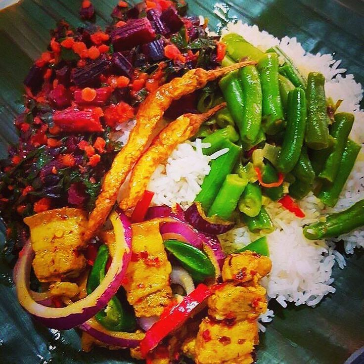 #Repost Mouthwatering @dayanarij Kesel kole (banana leaf) is the bliss #basmatirice #porkbelly #porkbellystirfry #porkbellystew #beetrootleaves #greenbeanscurry #greenbeans #morumiris #deepfrieddrychilly #currylife #curry #foodgasm #foodlover #foodism #perthfoodies #srilankanfoodie #srilankanfood #perth #colombo #tophomecooking #homechef #foodstagram #bananaleaf #lovecooking #homecooked #riceandcurry #lunch #food