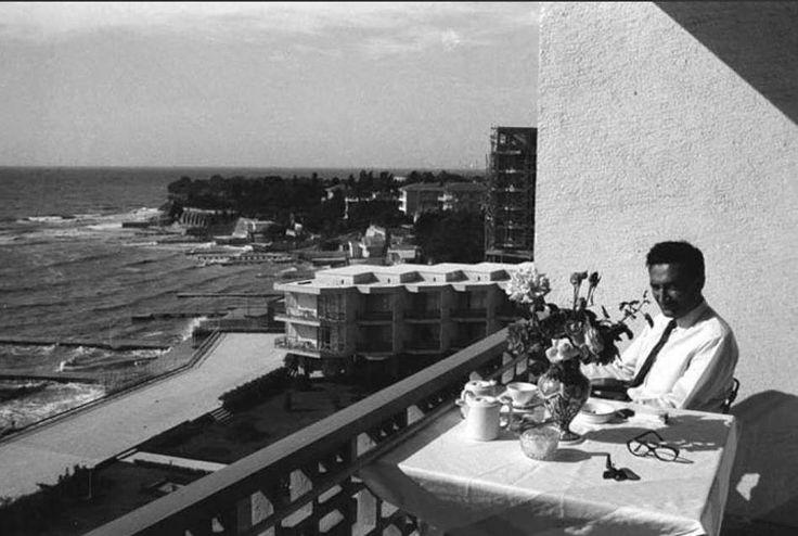 Bülent Ecevit Çınar Oteli'nin balkonunda... (1962, Yeşilköy) #istanbul #BülentEcevit #Yeşilköy #oldphotos #eskizaman #istanlook