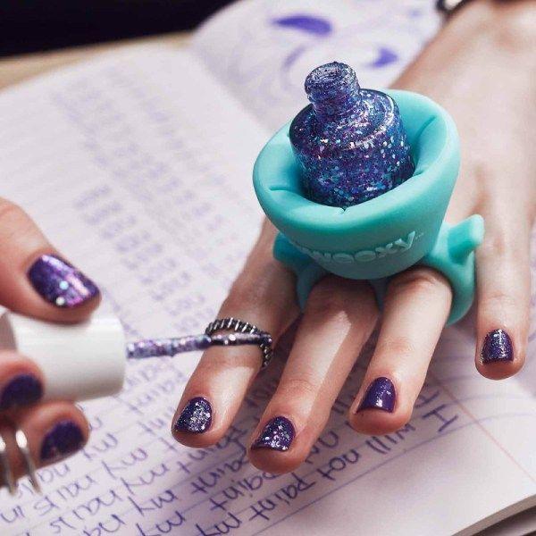 ClioMakeUp-Beauty-Gadget-The Tweexy è un doppio anello di silicone, da indossare sulla mano sulle cui unghie si sta applicando lo smalto: basterà infilarvi dentro la boccettina senza preoccupazioni. Questo perché l'anello si adatta alle dita di tutte le dimensioni, ed è indicato per tenere tutti i formati di smalto: non resterà dunque che concentrarsi sulla nail art! Forte, non trovate? Portasmalto da mano in silicone € 20 su Amazon.