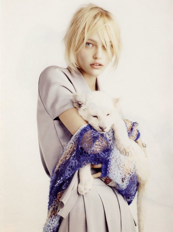 M'as-tu-vu│愛現: Sasha Pivovarova by Mark Segal for Vogue Paris December 2009│2009年Vogue法國版12月號雜誌:俄羅斯超模Sasha Pivovarova與小白虎互擁的睡衣派對!