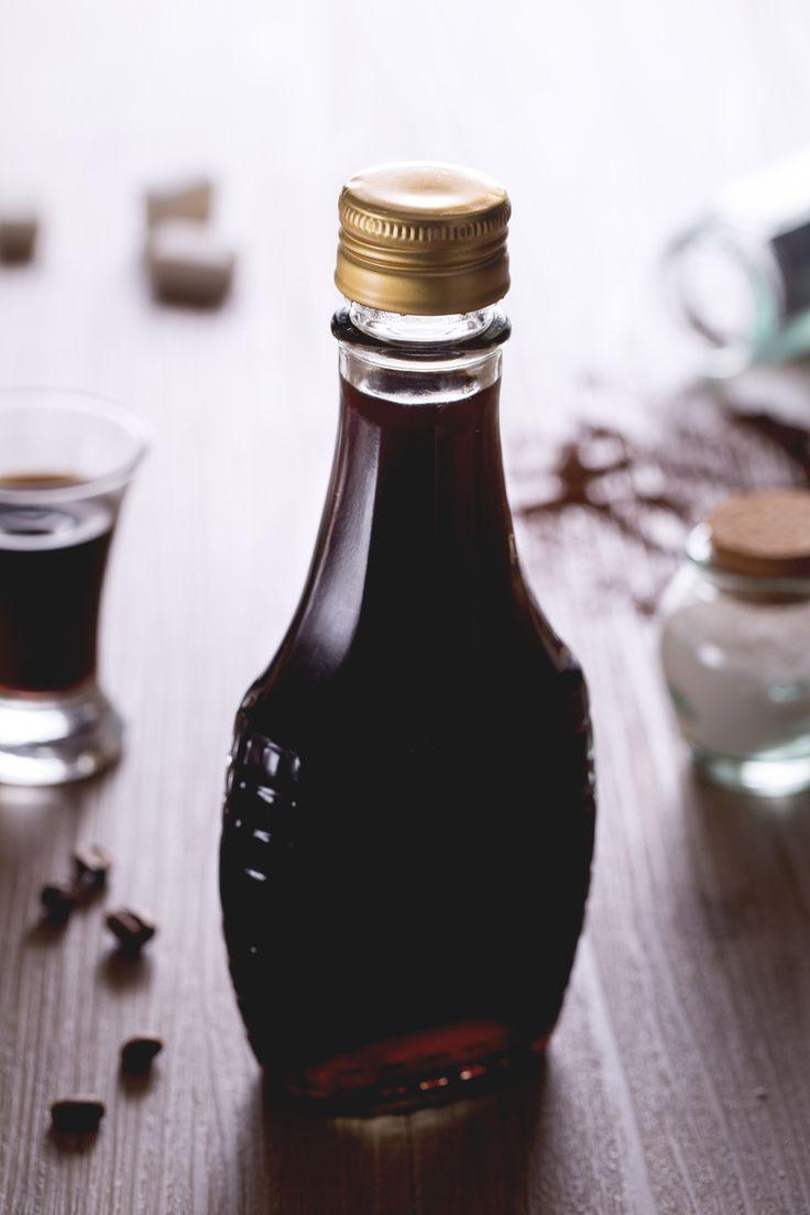 Il #liquore al #caffè fatto in casa è perfetto per un fine pasto coi fiocchi o per preparare delle sfiziose bottigliette da regalare ai vostri amici! #Giallozafferano #recipe #ricetta #drink #Natale #Christmas