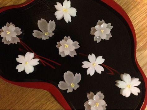 赤坂の老舗和菓子店『塩野』の季節の干菓子。3種類のさくらです。    ひとつひとつ、繊細に丁寧に手作りされているのが、手に取るようにわかります。それは、見...