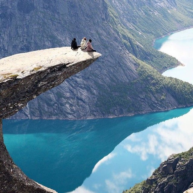 Trolltunga - Noruega - Get to this natural viewpoint takes time and good physical preparation because you have to walk for at least four hours through mountains on a climb of about 900 meters. This route is generally possible to do from mid-June until late September although it depends on the weather and the snow on the mountains. From the department of Norwegian Tourism warns of the need to plan the route well and go prepared with boots, extra-warm clothing, map, compass, food and drink.