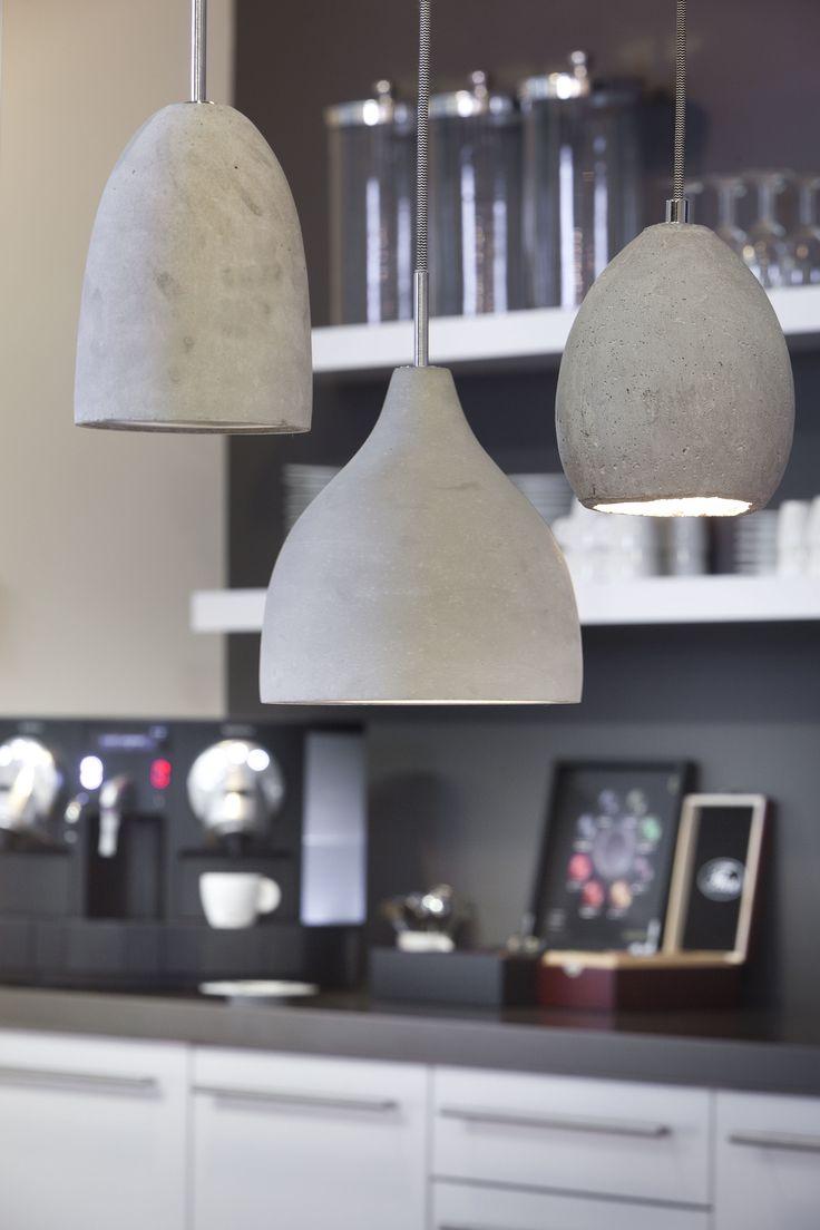 Deze stoere maar toch moderne hanglampen zijn een aanwinst voor ieders interieur. De stoere look is te danken aan de ruwe afwerking van beton. Modern door de mooie vorm en subtiel vanwege de mooie betonkleur grijs. Prachtig om ze met meerdere bij elkaar te hangen als setje. Een echte musthave voor iedereen die naar een stijlvolle hanglamp opzoek is!