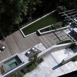 Ten piękny ogród zawieszony na skraju stromego wzgórza w Zurychu (Szwajcaria) poprzez umiejętne zagospodarowanie stał się integralną częścią otoczenia. Takie efekty to zasługa projektantów Fletcher Studio z San Francisco (USA). Więcej: http://sztuka-krajobrazu.pl/657/slajdy/ogrod-wodny-na-skraju-wzgorza-w-zurychu