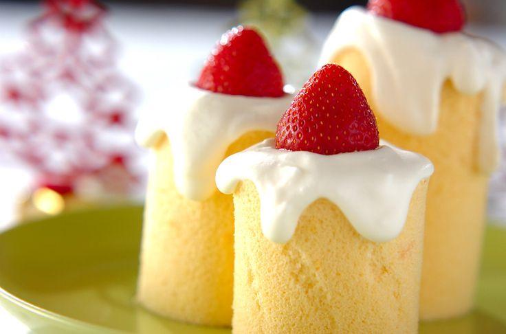 見た目もとってもキュート!イチゴをキャンドルの炎に見立てました。クリスマスにいかがですか?!キャンドルロールケーキ/河田 麻子のレシピ。[スイーツ/ロールケーキ]2009.12.14公開のレシピです。