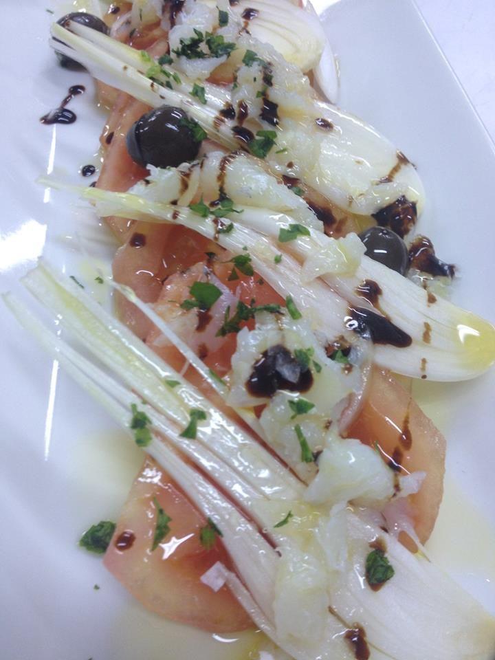 Ensalada de tomate del terreno, cebolla tierna, bacalao y aceitunas negras. Restaurante Candelas #jornadasPOPCastellon