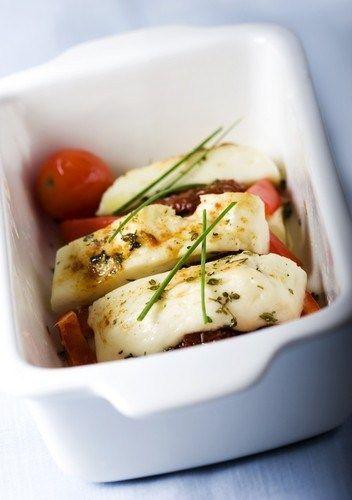 Козий сыр, запеченым с помидорами и кедровыми орешками