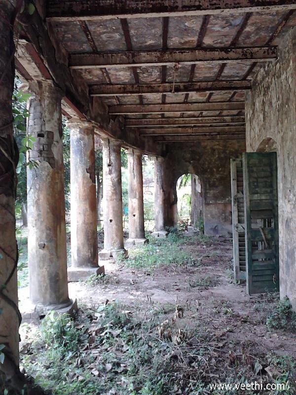 Unidentified abandoned british bungalow verandah at for Verandah designs in india