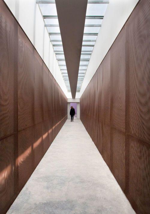 19  sala polivalente  vista interna del passaggio aereo con le pareti in lamiera microforata in rame  foto lamberto rubino