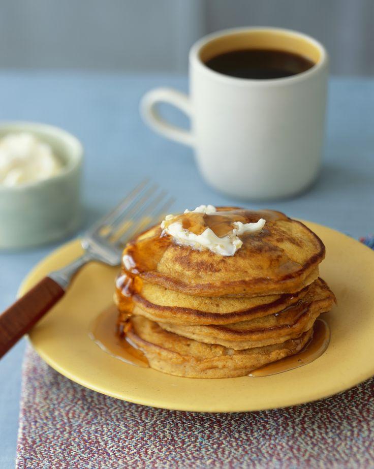 I pumpkin pancakes sono frittelle tipiche della pasticceria americana da servire a colazione, preparateli a Halloween ricreando la forma di una zucca.