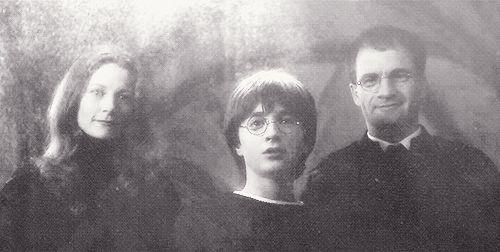 """Uma inscrição no Espelho de Ojesed estampa """"Eu não mostro seu rosto, mas o desejo do seu coração"""", quando refletida num espelho.   30 fatos sobre Harry Potter que lhe darão vontade de reler a série (de novo)"""
