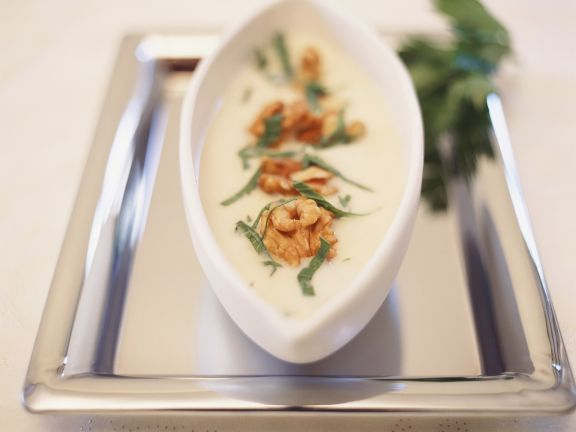 Cremige Selleriesuppe mit Walnüssen ist ein Rezept mit frischen Zutaten aus der Kategorie Gemüsesuppe. Probieren Sie dieses und weitere Rezepte von EAT SMARTER!