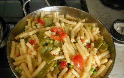 Pasta coi piattoni (o taccole) - Sfizia il tuo palato con un primo di pappardelle coi piattoni, legumi squisiti e delicati che col pomodoro fresco creano una miscela di aromi e sapori genuini e salutari.