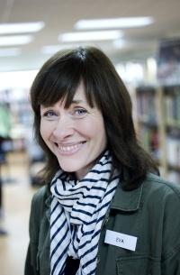 """""""Allt fler barn och vuxna läser i Björksätra. Det visar statistik som biblioteket har gjort. Och den grupp som har ökat mest är pojkar i åldrarna sju till nio.""""     Respekt. """" Jag har lärt mig mycket. Det gäller att ha ett bra förhållningssätt till barnen och respektera dem"""", säger Eva Norrbelius Coleman är bibliotekarie och filialansvarig i Björksätra folk- och skolbibliotek."""