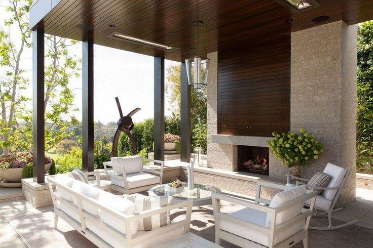 camino esterno e mobili in legno alla terrazza coperta