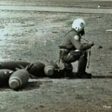Durante el conflicto del Atlántico Sur, este piloto de Mirage se bajó en cabecera de pista para que le solucionen una novedad técnica en su avión y se sentó muy cómodamente sobre una bomba a esperar .