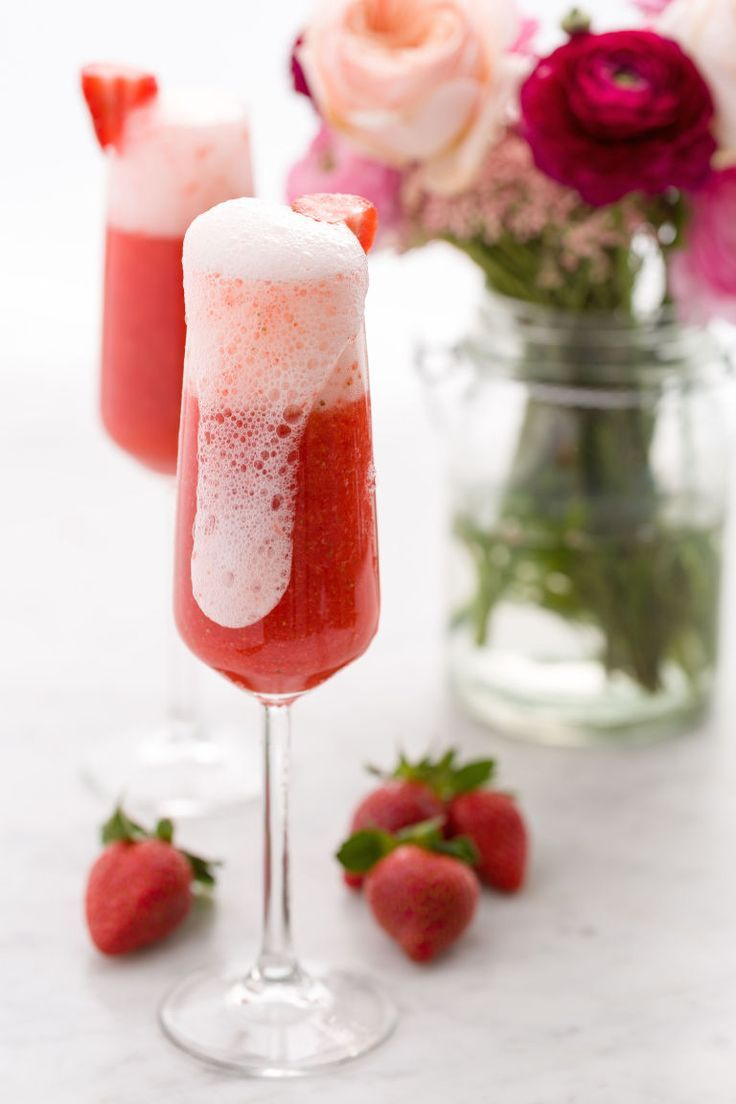 Strawberry Mimosa | Mimosa recipes + Easter brunch ideas from /cydconverse/