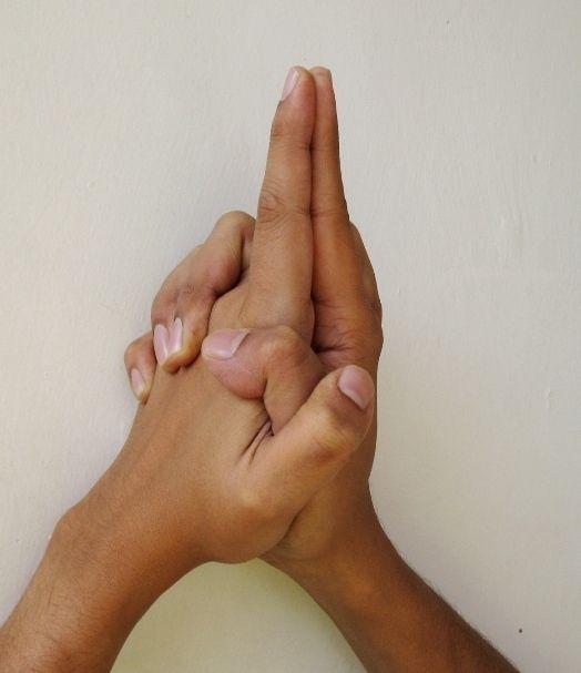 Ksepana Mudra - zum Loslassen und Beseitigung der negativen Energie Diese Übung hilft bei der Beseitigung durch die Haut (Schweiß), Lunge (Ausatmen) und Dickdarm. Tun Sie es für 2 Minuten, die Hände auf die Erde nach unten und sehen Sie die wieder aufgeladen.