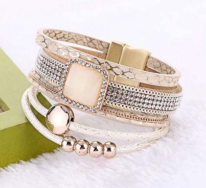 Boheemi käsikoru kauniilla bling-lisällä. Käsikorussa viisi eri paksuista remmiä, osassa helmiä ja kivi. Helppo kiinnitys magneetilla.  Koko: 19cm