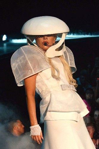 Гриб или неземное существо? В октябре 2012 года Гага появилась на сцене в Ницце в этом забавном костюме.