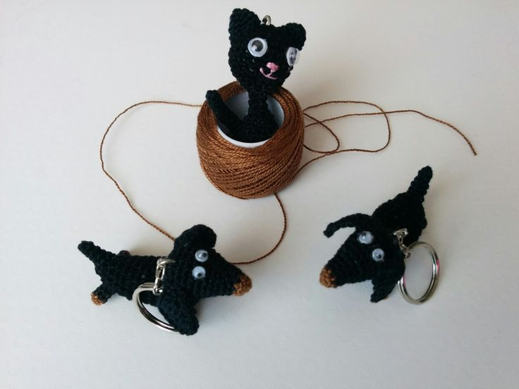 Amigurumi kitti cat and dos keychain https://www.facebook.com/crochetpal/photos/a.290673214297354.73193.288831794481496/1184336304931036/?type=3&theater