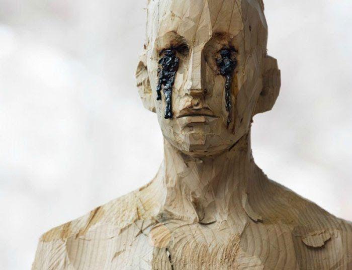 Aron Demetz es un escultor que gracias a las posibilidades de la madera, y basándose en el ser humano recrea cuerpos con apariencia de quemados y cicatrices