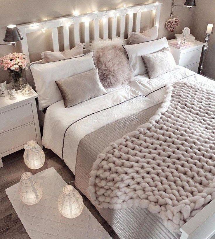 Idée déco de petite chambre avec fausse fourrure, oreillers, tapisseries, lumi...