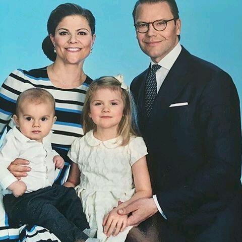 Welkom op Jonge Koninklijke Garde!: Nieuwe gezinsfoto van prinses Victoria en prins Daniel.