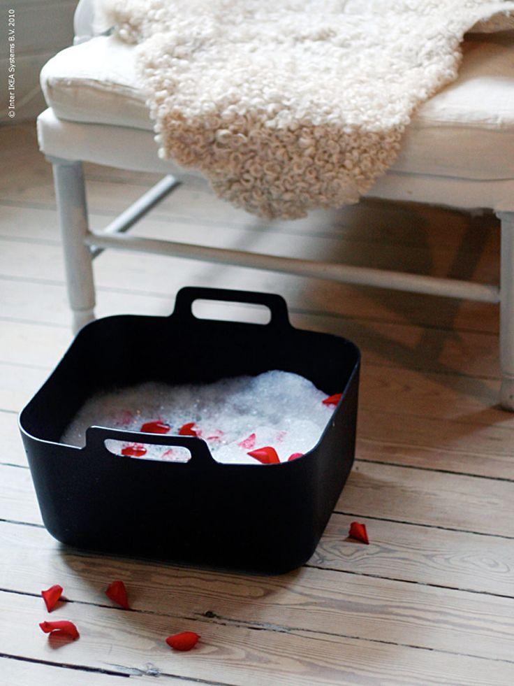 BOHOLMEN diskbaljahar bliviten favorit hos oss på redaktionen. Den fungerar utmärkt som extra ho i det lilla köket men kan också användas till mycket mer.  Som champagnekyl, blomkruka och legolåda till exempel. I somras fyllde vi den med kräftor och nu, lagom till nyårsfesten, dukar vi fram ett härligt fotbad. Bubblande skum och rosenblad skänker lyx till baljan och blir en fin överraskning till din nyårsfavorit. Hur sätter du guldkant på ditt nyår? Dela gärna med dig av dina f