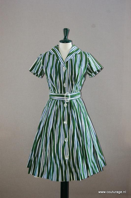 Doorknoopjurk met ceintuur van groen/wit/blauw gestreept linnen (1950E013)