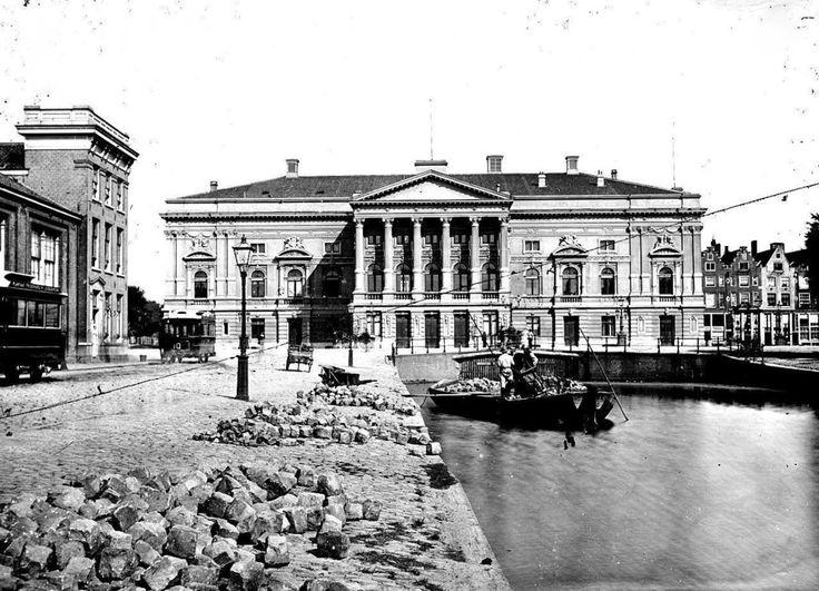 Het Leidseplein met de Schouwburg omstreeks 1899
