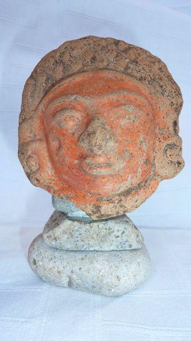 Hoofd gemaakt van Guatemalteekse terracotta - 8 cm  Antropomorfe hoofd met beige terracotta diadeem versierd met oorbellen van ebben hout resterende verf is oranje. Hoogte 8 cm breedte 7.5 cm. Op minerale ondersteuning.Herkomst:De verkoper garandeert dat hij dit item heeft verworven op een legitieme wijze.Dit object komt uit een Frans-collectie.Belangrijke informatie:De verkoper garandeert dat hij bevoegd is om te verzenden deze kavel.Hij zal alle noodzakelijke regelingen te verkrijgen van…