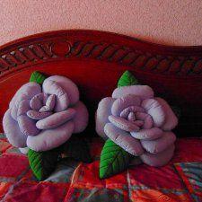 Комплект текстильных интерьерных подушек«Роза»(ручной работы).Материал-хлопок, синтепон.Размер 52см и 46см.Можно использовать для декора различных интерьеров(спальни, детские комнаты, гостиные, оформление кукольных комнат,
