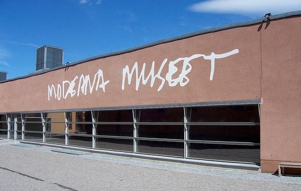 Moderna, museu - ótima coleção de arte moderna e contemporânea e, como não poderia deixar de ser, uma maravilhosa loja de bugigangas. Venha de barco para cá e pegue uma balsa para o Vasa Museet logo depois. > Skeppsholmen, Stockholm.