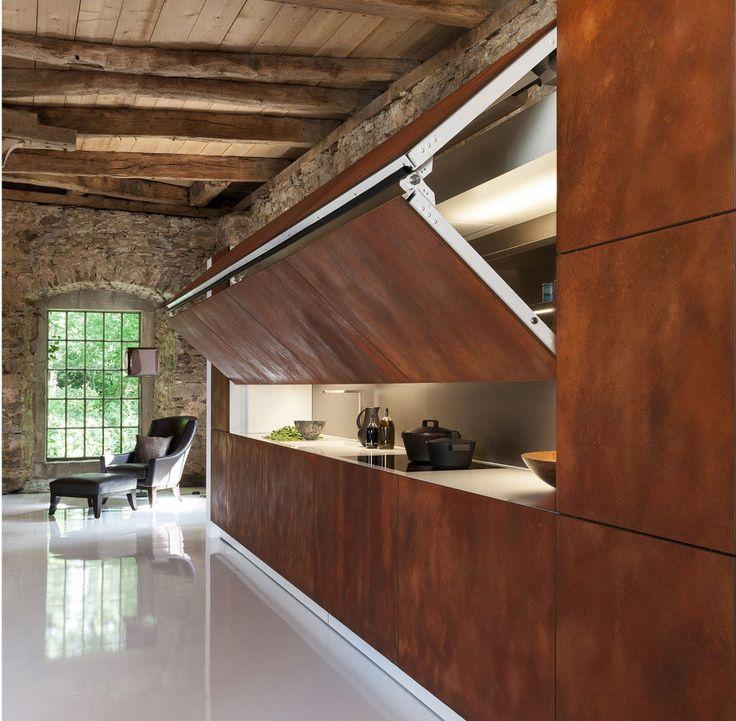 moderne loft einrichtung mit natursteinwand und holzdecke klappbare metallwand