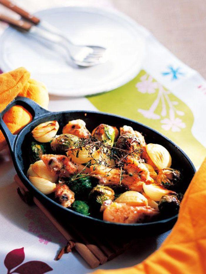 ころころかわいい子玉ねぎと芽キャベツは、鶏肉と一緒に丸ごとオーブンで焼いてしまおう。|『ELLE a table』はおしゃれで簡単なレシピが満載!